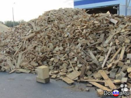Дрова из разобранных деревянных поддонов